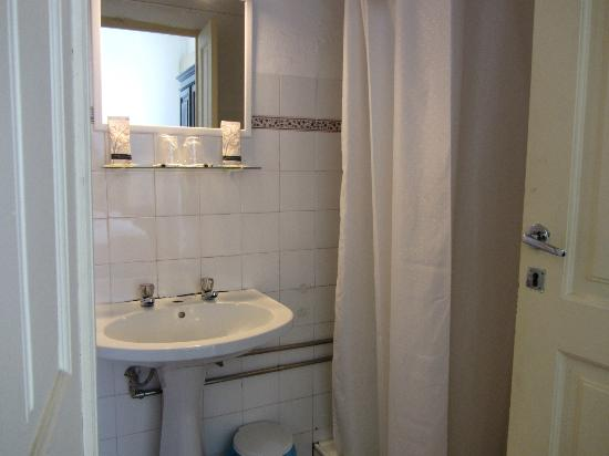 Pensao Residencial Policarpo: Il bagno: notare i rubinetti separati per acqua calda e fredda, ma senza il tappo!!!