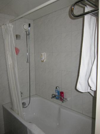 Continental-Park Hotel: Clean European Bathroom - Great Shower Pressure