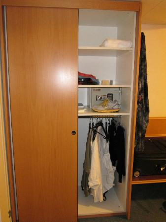 Continental-Park Hotel: Roomy closet and safe
