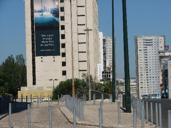 Novotel Lisboa: Front street