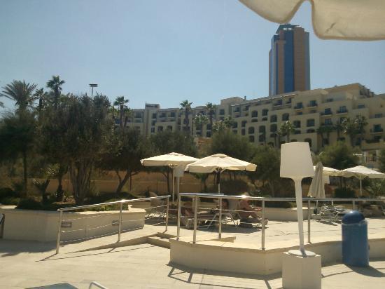 Hilton Malta: Vista hotel Hilton dalla piscina sulla scogliera