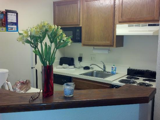 TownePlace Suites Charlotte University Research Park: studio kitchen area