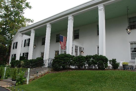 Historic General Lewis Inn: The front of General Lewis Inn