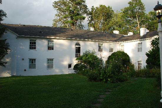 Historic General Lewis Inn: The back and yard of the General Lewis Inn