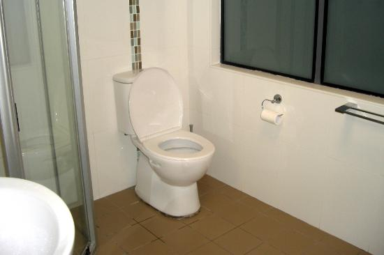 Avoca Lodge: Spacious Ensuite Toilet
