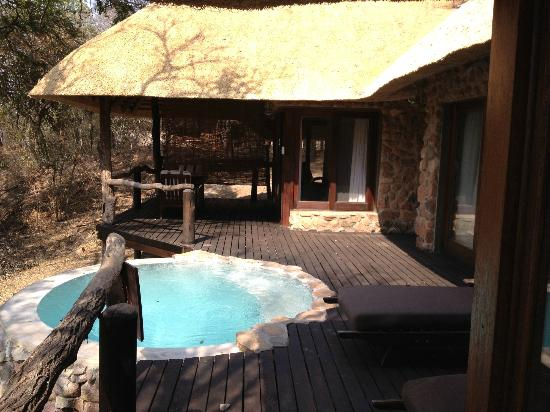 Dulini Lodge: splashpool and deck of room