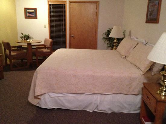 Nisqually Lodge: King bedroom