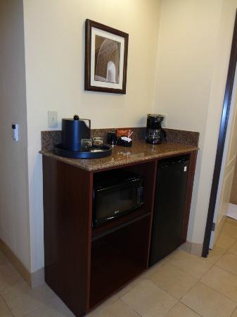Ayres Hotel Chino Hills: mini kitchen area