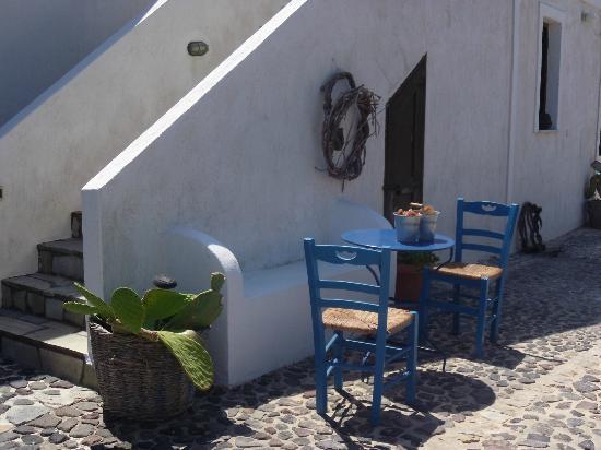 Anna Traditional Apartments : tipiche sedie greche