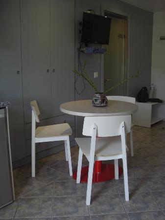 Odeon Hotel: Camera con angolo cottura e tavolino