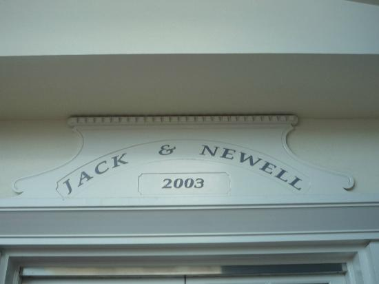 Jack & Newell Cairns Holiday Apartments: Sign