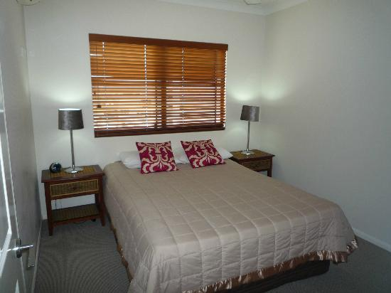 Jack & Newell Cairns Holiday Apartments: Bedroom