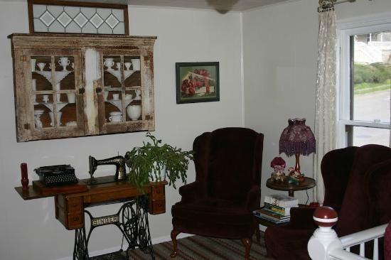 The Painted Lady Bed & Breakfast and Tea Room: Isador's landing - reading area