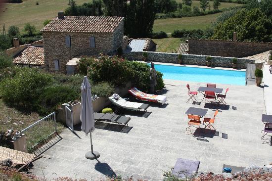 Le Clos des Amandiers: La grande terrasse et la piscine