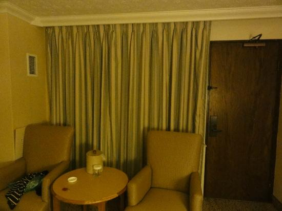 Crowne Plaza Hotel Louisville-Airport KY Expo Center: Chairs and exit to the pool in a room with two Queen Beds