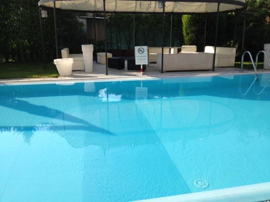 Hotel Villa Savoia : un curioso divieto di balneazione nella piscina