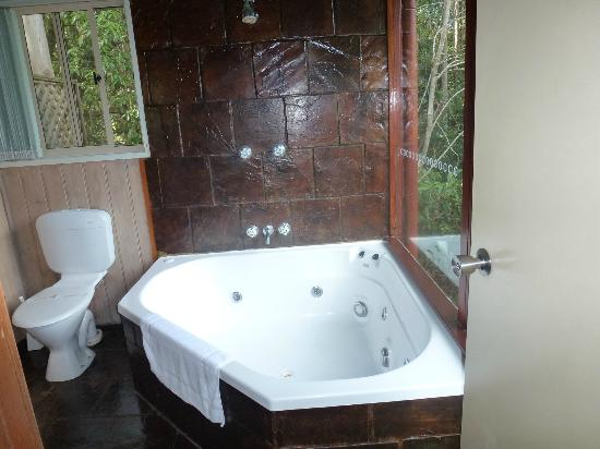 Kondalilla Eco Resort: Bathroom with a view