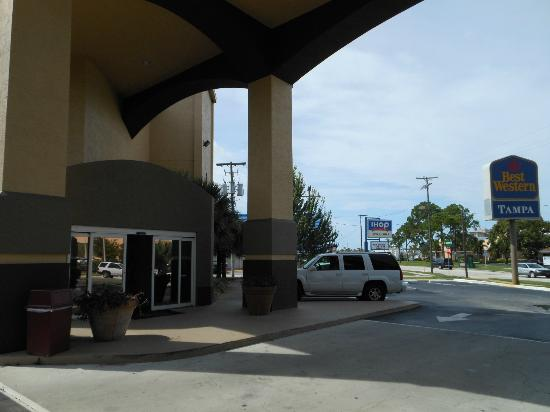 Best Western Tampa: lobby entrance and street view