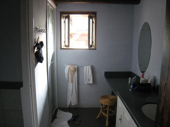 Secret Garden Boutique Hotel: Bathroom and toilet with a dressing area