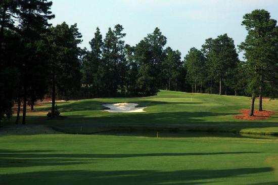 West End, Carolina del Nord: Nice Par 4, slight uphill approach to a 3 tiered green