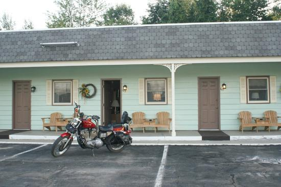 Swanton Motel: Spacious Parking Allotment in Front of Room - Good Pavement