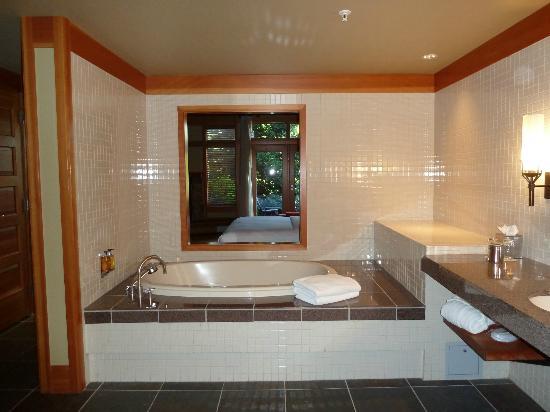 ويلوز لودج: Soaker tub with pass through to room (there is a slider for privacy)