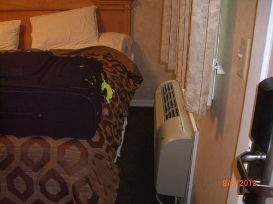 Marine Village Resort: AC blows right on the bed!