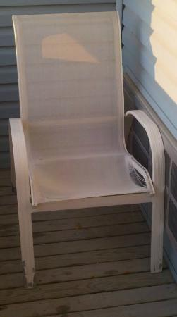 Fairview Beachfront Inn & Waterpark: Broken Down Chair On Balcony/Patio of Room