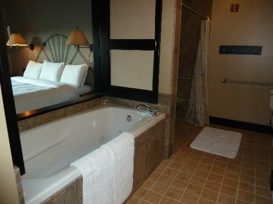 Sun Mountain Lodge: Nice tub to soak in at the end of a long travel day