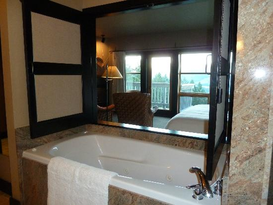Sun Mountain Lodge: Another bathroom shot