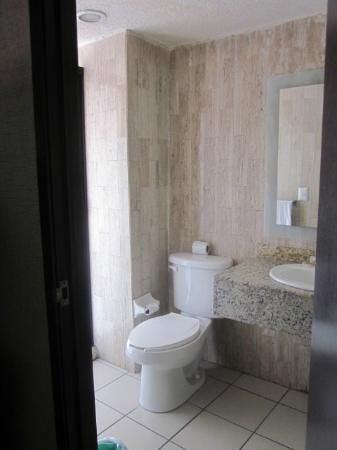 Dali Plaza Hotel: clean yet small bathroom