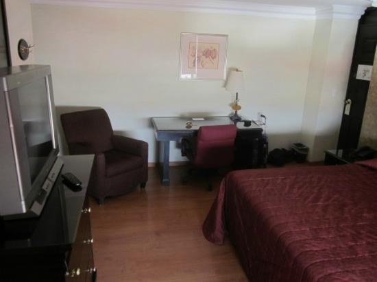 Dali Plaza Hotel: Nice desk
