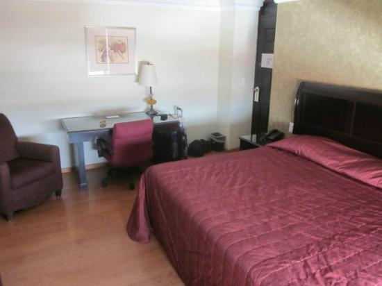 Dali Plaza Hotel: bed
