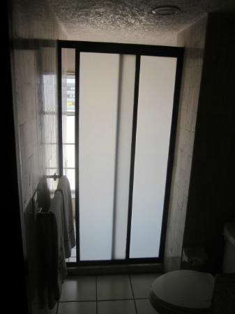 Dali Plaza Hotel: Shower