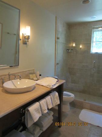 Hotel Cheval: Large bathroom