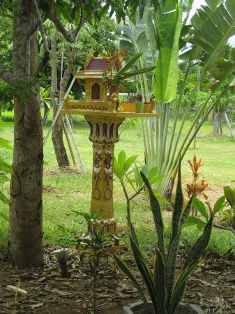 Battambang Resort: Spirit house near the front desk