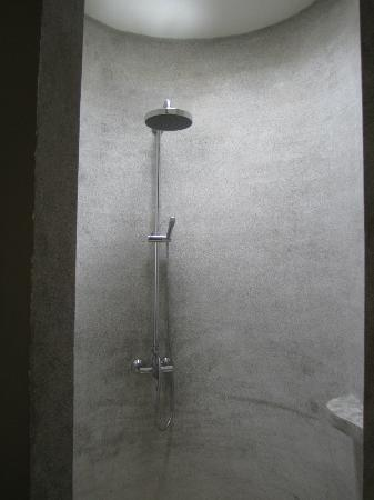 พระตะบอง รีสอร์ท: Very cool round, concrete shower with rainfall shower head