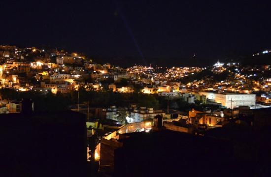 La Casa de Dona Ana: Nighttime view of city from rooftop