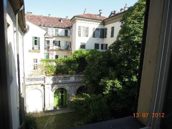 B&B Via Stampatori: View from window in communal dining/kitchen