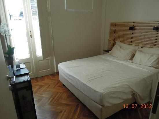 B&B Via Stampatori: Bedroom. Doors lead through to balcony