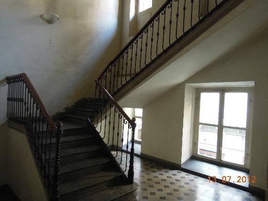 B&B Via Stampatori: Part of the stairway up to the apartment