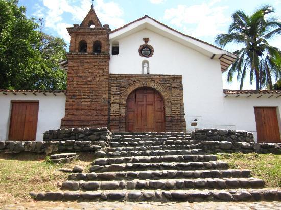 Iglesia de San Antonio: La iglesia por el frente