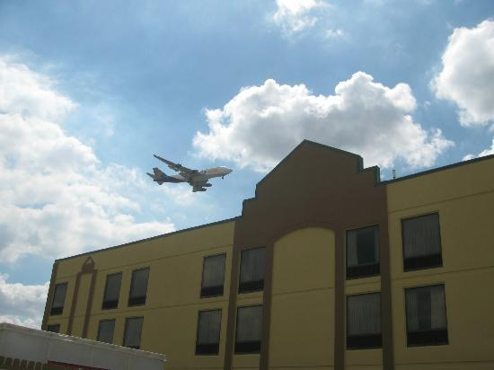 Florence, KY: POOL VIEW OF PLANE LANDING OVER HOTEL