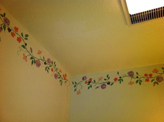 Gosby House Inn - A Four Sisters Inn: Floral applique trimmings painted along the walls