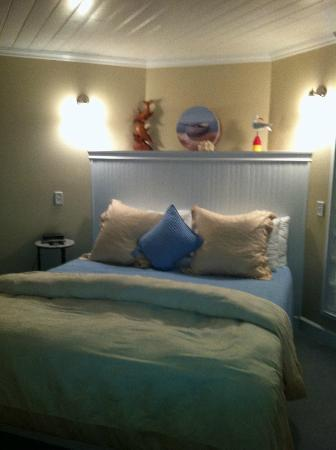 Burton Inn: The spacious bedroom next to the separate living room quarters
