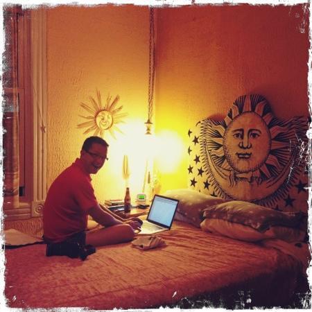 Red Victorian LLC: varje morgon vaknar man & ser en glad sol på väggen, kan dagen börja bättre