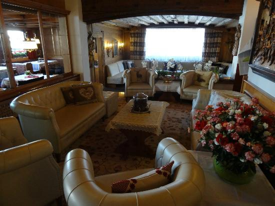 Hotel Tyrol: The lounge