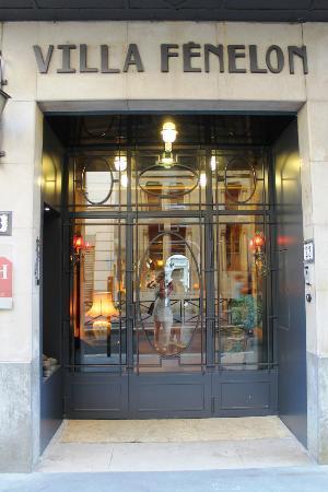 Hotel Bienvenue: Front Door