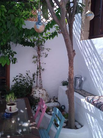 F Charm Hotel: G Cottage courtyard - the coolest place in the heat of the day