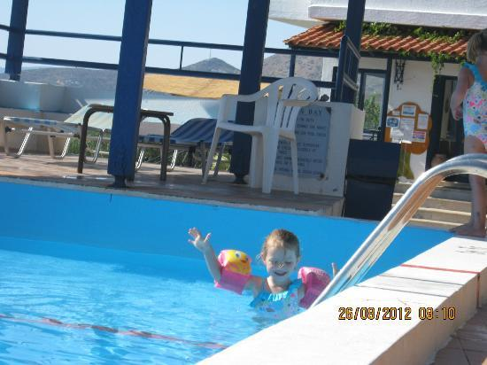 Kavos Bay Apartments: pool, shallow end fine for kids